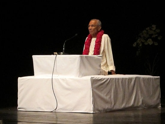 Photograph of Swami Parathasathy giving lecture on Bhagavad Gita in Delhi, India