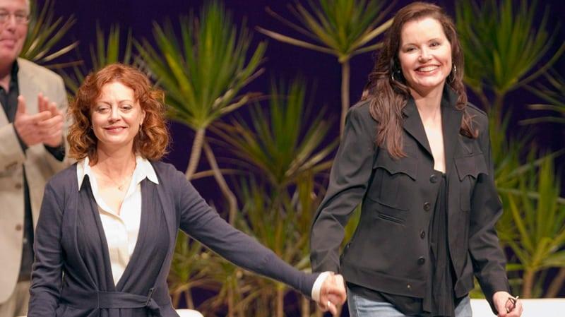 Photograph of Susan Sarandon and Geena Davis at the Thelma & Louise 20th anniversary reunion tour