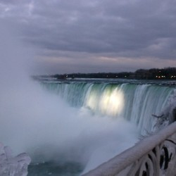 Photograph of Niagara Falls in winter