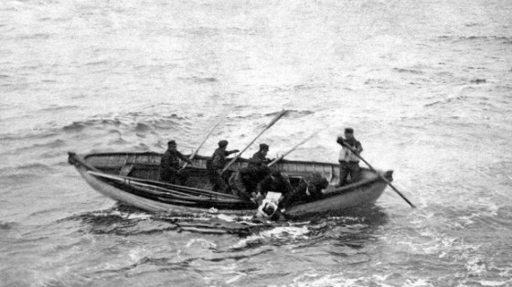 Crew from Halifax ship Mackay-Bennett recover Titanic victim