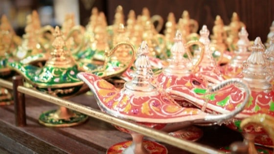 Flying Emirates to India: Arabian lamps in Dubai airport