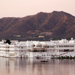 Lake Palace Hotel and the pink-hued Aravelli Hills, Udaipur, Rasjasthan, India
